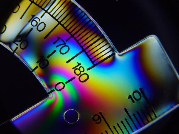 تنش موجود در نقاله پلاستیکی باعث ایجاد خاصیت دوشکستی میشود.