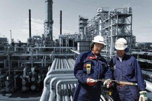 رشته مهندسی نفت | معرفی گرایش ها، حقوق و درآمد و بازار کار + فیلم آموزش رایگان