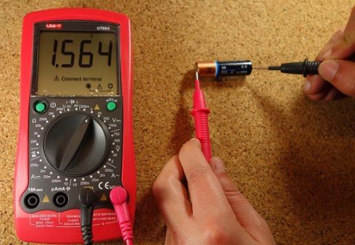 اندازهگیری ولتاژ دو سر باتری