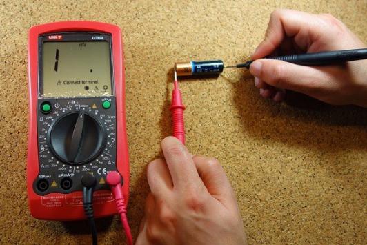 اندازهگیری ولتاژ دو سر باتری در صورت انتخاب بازه کمتر از ولتاژ واقعی