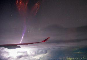 تصادم آذرخش و هواپیما — تصویر نجومی روز
