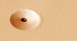حفره ای عجیب روی سطح مریخ — تصویر نجومی روز