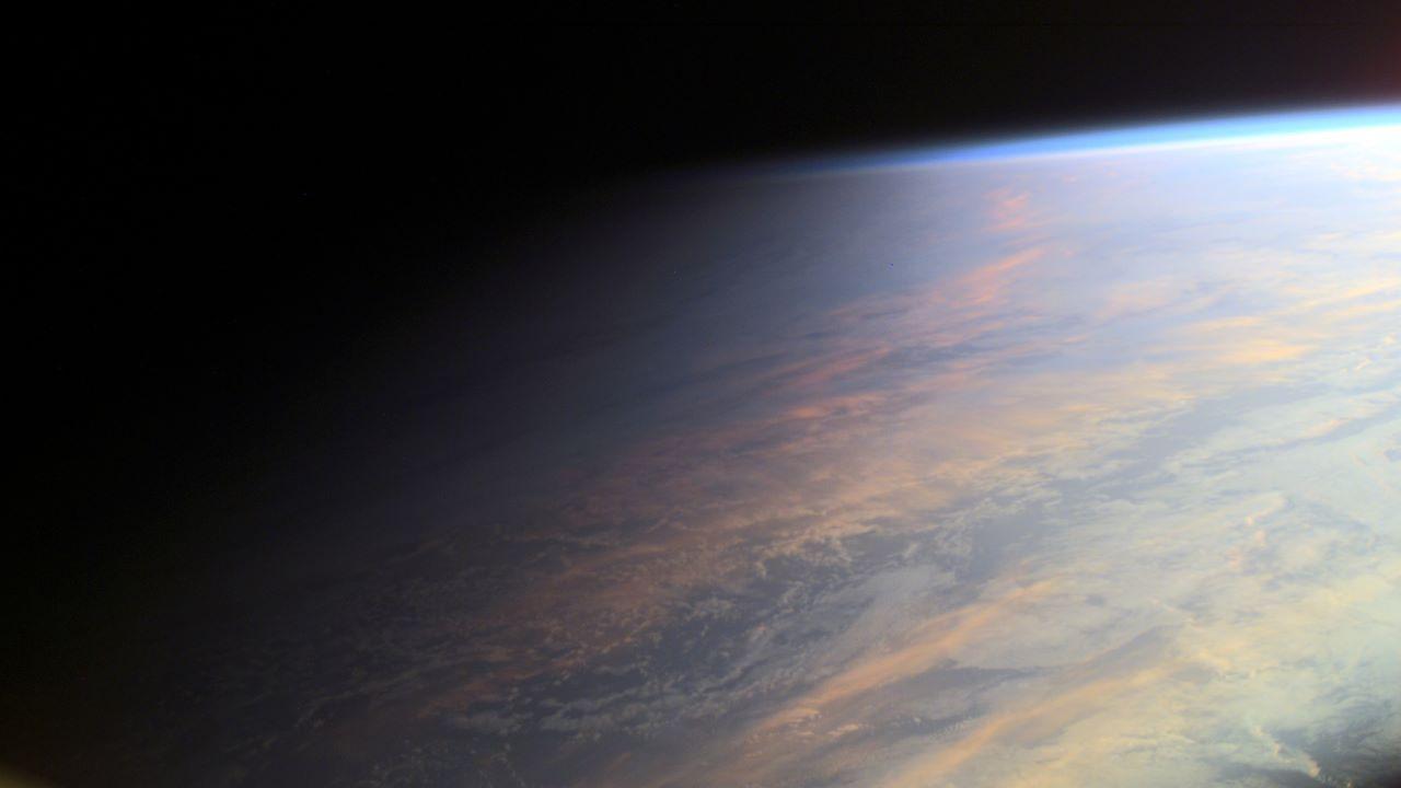 زمین نیمه روشن — تصویر نجومی روز