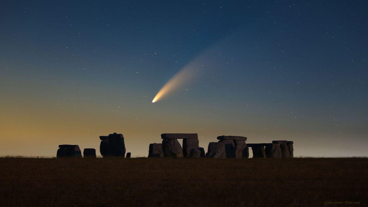 دنباله دار نئووایز بر فراز اِستون هِنج — تصویر نجومی روز