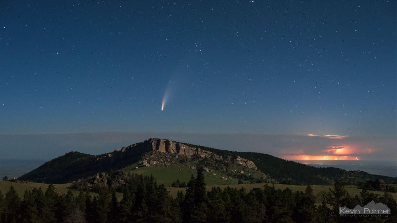 دنباله دار نئووایز بر فراز کوه های بیگ هورن — تصویر نجومی روز