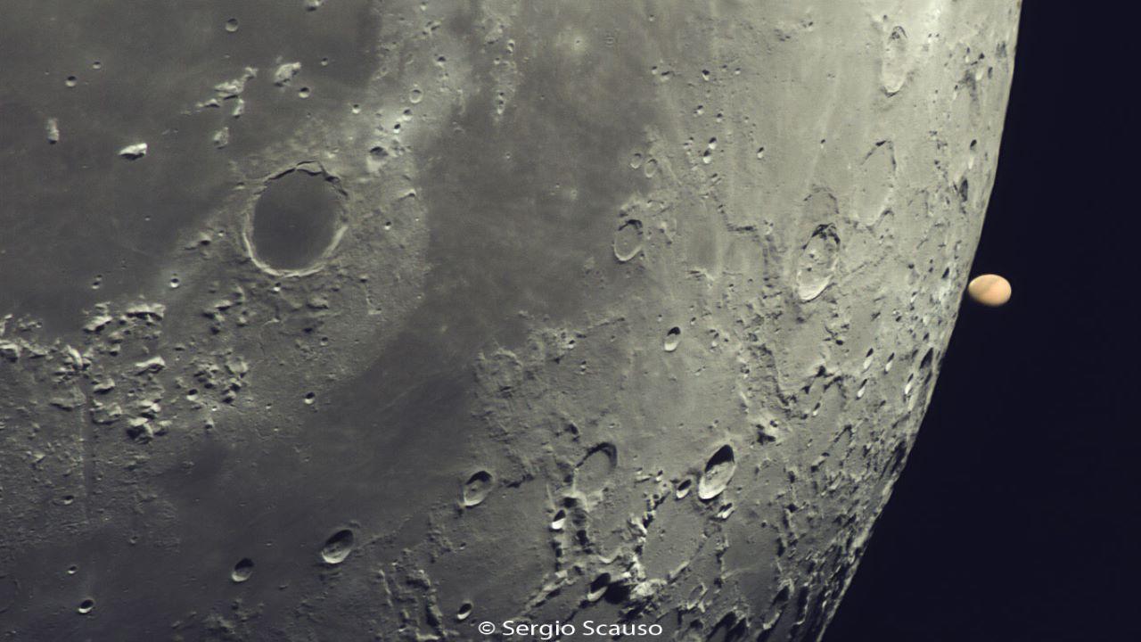 مریخ در لبه ماه — تصویر نجومی
