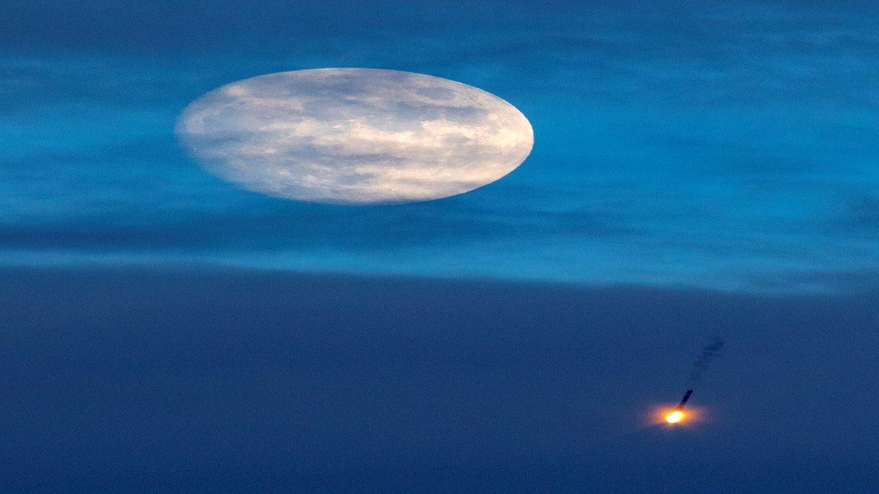 موشک فالکون ۹ و ماه کامل — تصویر نجومی