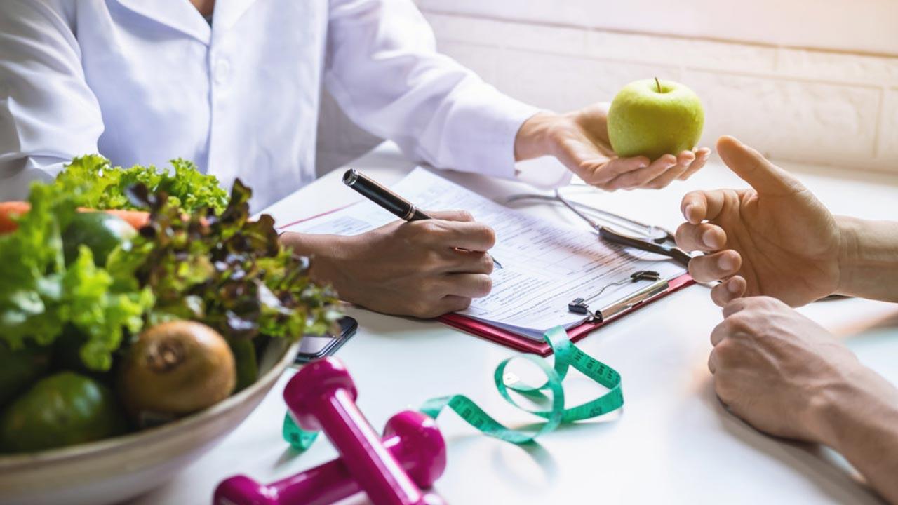 رشته علوم تغذیه | معرفی گرایش ها، دروس، درآمد و بازار کار