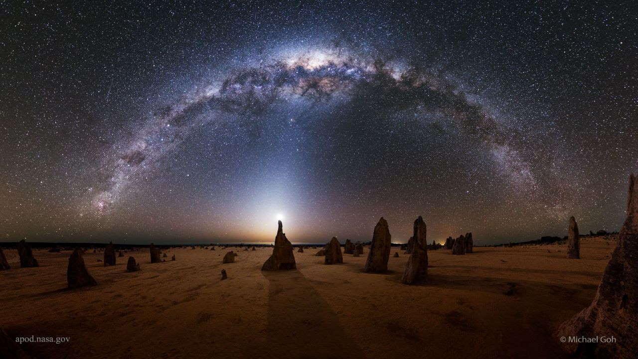 راه شیری بر فراز برج های سنگی پیناکلز — تصویر نجومی