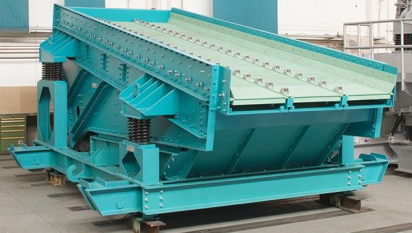 نمونهای از یک سرند ارتعاشی مور استفاده در کارخانه فرآوری سنگ آهن