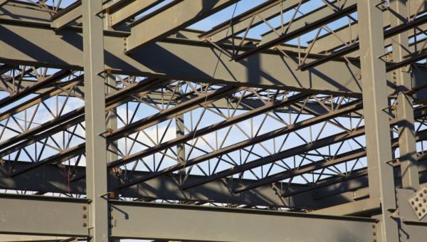 فولاد (آلیاژ آهن و کربن)، یکی از پرکاربردترین مصالح ساختمانی است.