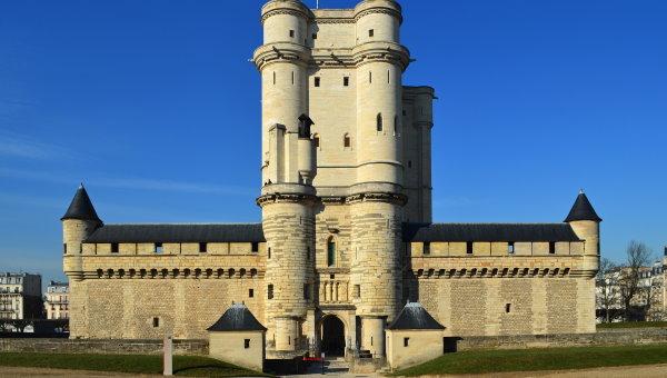 قلعه ونسن در فرانسه، یکی از سازههای اولیه ساخته شده از ترکیب مصالح سیمانی و میلگرد