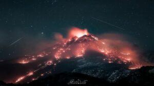 ستاره ها بر فراز آتشفشان در حال فوران — تصویر نجومی