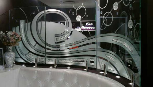 شیشه مات و طرحدار ساخته شده با سندبلاست
