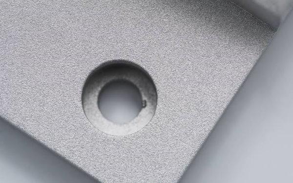 نمونهای از پرداخت مات و زبر سطح فلز توسط ساب پاشی