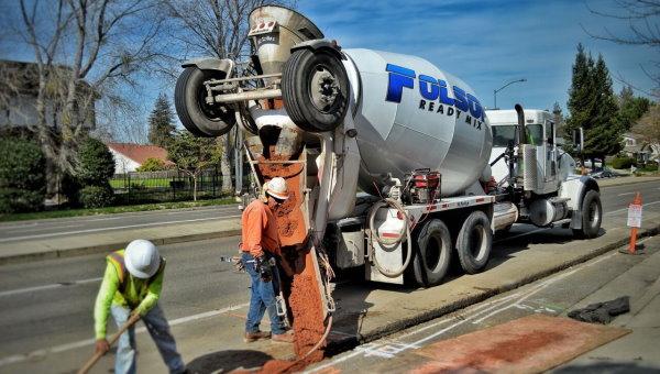 تراک میکسر در حال تخلیه خاک رس در جاده