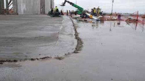 سد سیمانی برای جلوگیری از ورود آب به ناحیه بتن ریزی