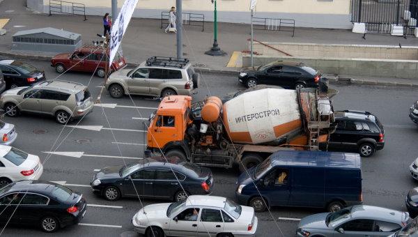 گیر کردن کامیون میکسر بتن در ترافیک