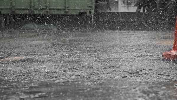 قطرات باران بر روی بتن تازه