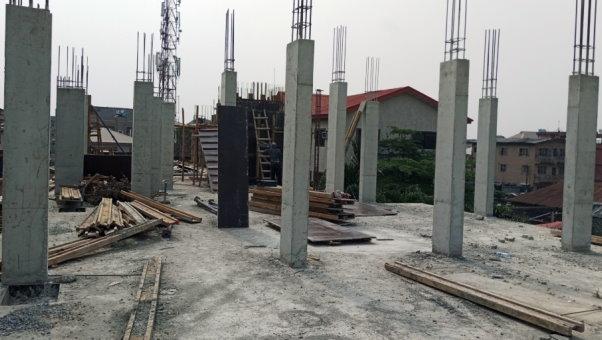 مجموعهای از ستونهای بتن آرمه اجرا شده در طبقات بالایی ساختمان