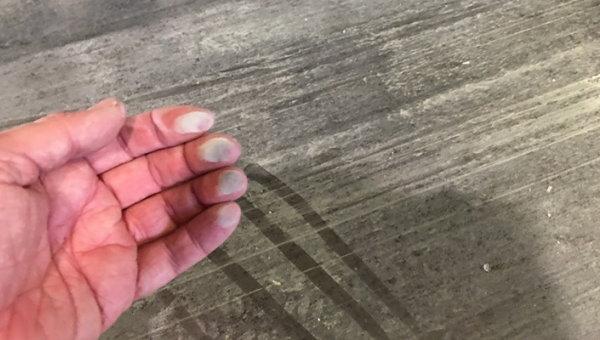 با کشیدن انگشتان دست بر روی سطح بتن، میزان پودرشدگی آن قابل تشخیص خواهد بود.