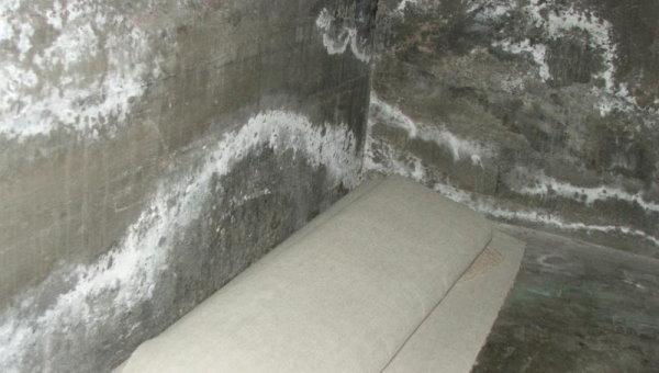 نمونهای از شورهزنی در سطح دیوار بتنی