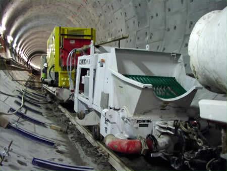 نمونهای از پمپ بتن تخصصی با امکان جابجایی بر روی ریل