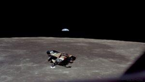 تصویری از کره ماه و زمین در ماموریت آپولو ۱۱ — تصویر نجومی