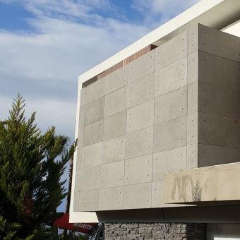 اجرای پنلهای بتن اکسپوز نما بر روی سطح خارجی ساختمان