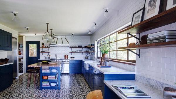 اجرای تایلهای طرحدار و مربعی بتن اکسپوز در کف آشپزخانه
