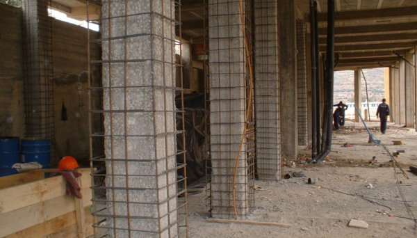 نصب قفسههای فولادی در اطراف ستون بتنی برای تقویت یا ترمیم آنها