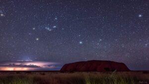 صورت فلکی شکارچی و صخره اولورو — تصویر نجومی