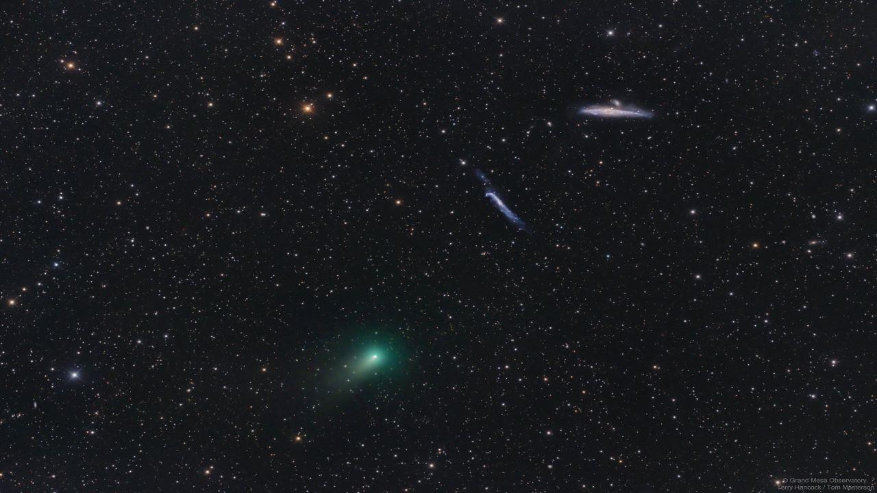 دنباله دار اطلس و کهکشان های چوب هاکی و نهنگ — تصویر نجومی