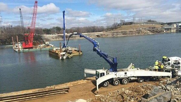 انتقال بتن و بتنریزی سازه آبی توسط پمپ بوم نصب شده بر روی تریلر