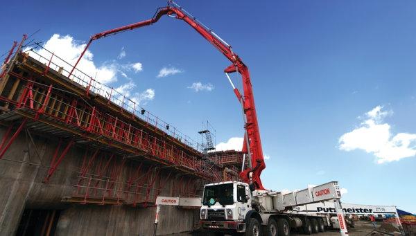 بتنریزی کانال پاناما توسط پمپ بتن هوایی (یکی از روشهای کارآمد برای انتقال بتن به محلهایی با دسترسی دشوار)