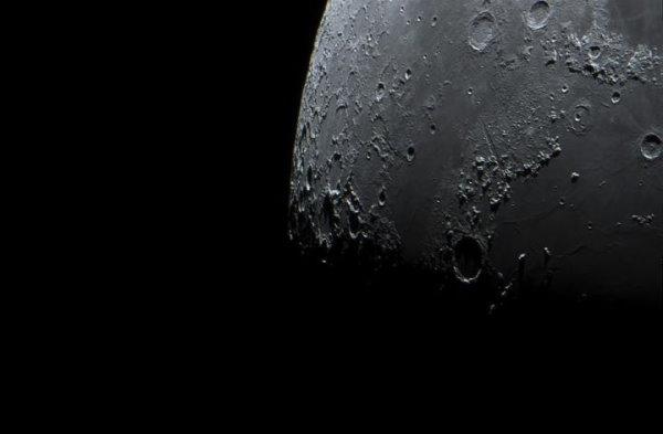 وجود گودال و حفره در سطح ماه
