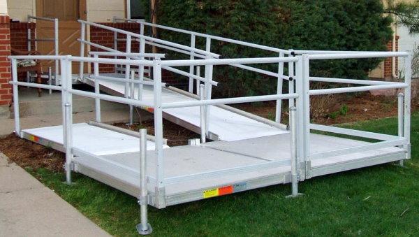 نمونهای از یک رمپ ساده با پاگرد مسطح برای عبور ویلچر
