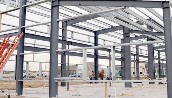 ستونهای اجرا شده در یک ساختمان با اسکلت فولادی