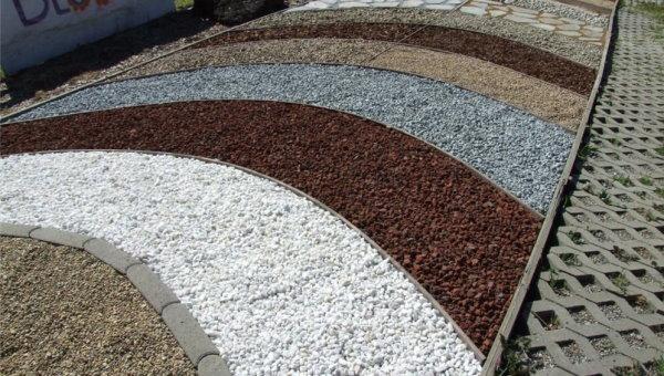 نمونهای سنگدانههای رنگی حاصل از فرسایش یا خردایش سنگهایی با رنگ متفاوت