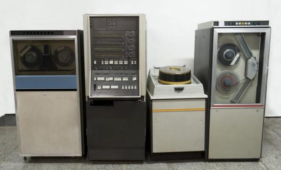 تصویر یک کامپیوتر Mainframe قدیمی که با استفاده از زبان برنامه نویسی COBOL برای آن اپلیکیشن های تجاری توسعه داده میشد.