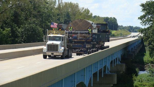 عبور کامیون از روی پل