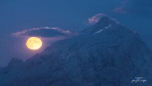 ماه کامل در ساعات آبی — تصویر نجومی