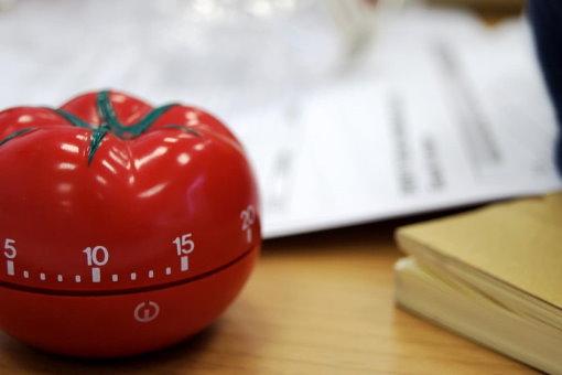 عبارت پومودورو از عنوان تایمرهای کوچک شبیه به گوجه (پومودورو در زبان ایتالیایی) گرفته شده است.