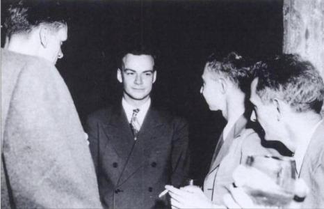 فاینمن در مرکز و اپنهایمر در سمت راست