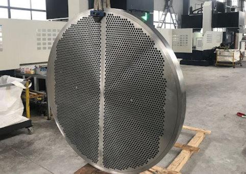 نمونهای از یک تیوب شیت مبدل حرارتی پوسته و لوله، پیش از نصب لولهها